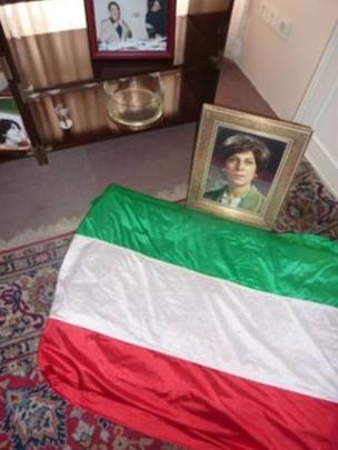 Die iranische Flagge an der Stelle, wo der leblose Körper von Parvaneh Eskandari lag