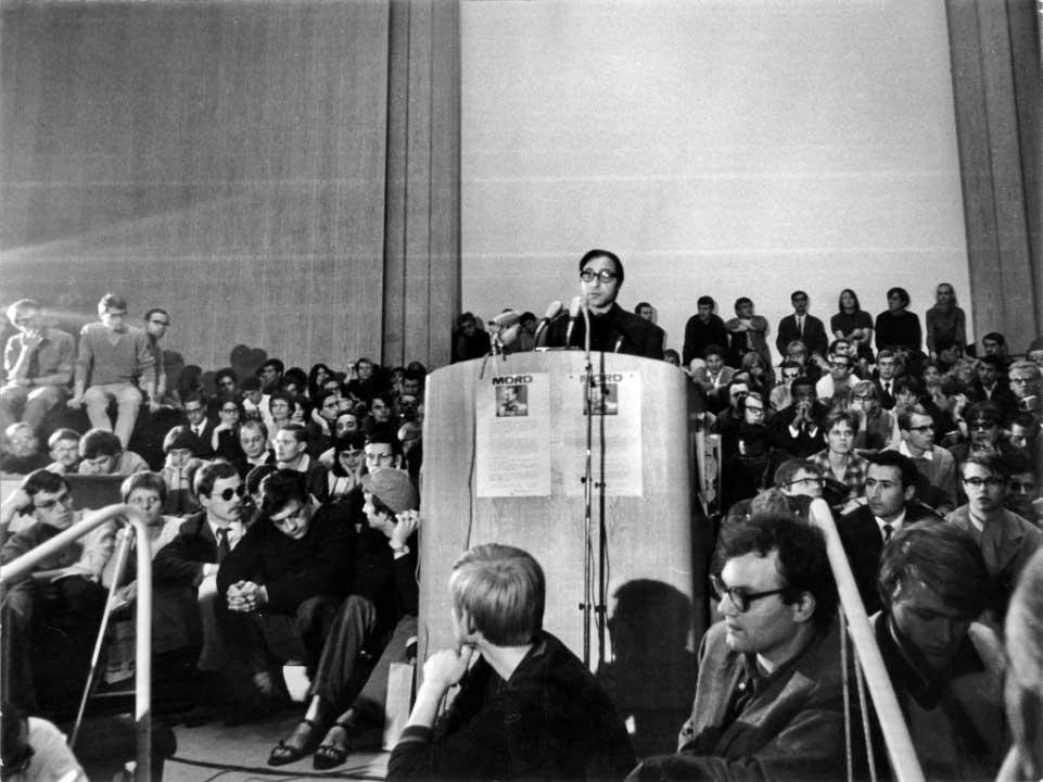 Bahman Nirumand hält vor dem Schahbesuch am 2. Juni 1967 vor den StudentInnen eine Rede - Foto: www.kayhan.london
