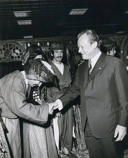 Willy Brandt schüttelte bei seinem Iran-Besuch auch dem berühmten iranischen Tänzer Gholamreza Sakhai die Hand!