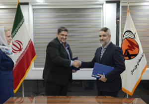 Andreas Landber (li.), Geschäftsführer von Medio Energy Deutschland unterzeichnet eine Absichtserklärung für den Bau eines Wind und ein Solarkraftwerk im Süd-Iran - Dezember 2016