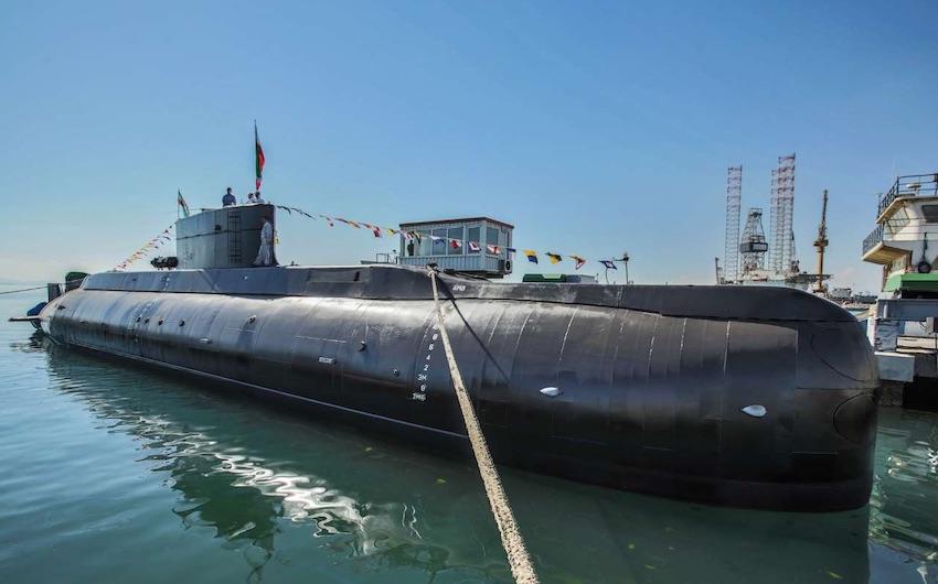 Das ist Fateh: Das erste U-Boot der Islamischen Republik. Es sei 600 Tonnen schwer und könne bis zu 35 Tage in mehr als 200 Metern Wassertiefe im Einsatz sein, schreiben iranische Medien. Das im Iran hergestellte U-Boot sei mit Marschflugkörpern, Torpedos und Wasserminen ausgerüstet.