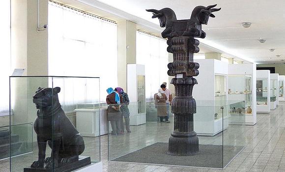 """Wenn Welzbacher im Iran nicht seinen """"Geschäften"""" nachgeht, besucht er Museen, Moscheen und Kebabstuben - Foto: Nationalmuseum in Teheran"""