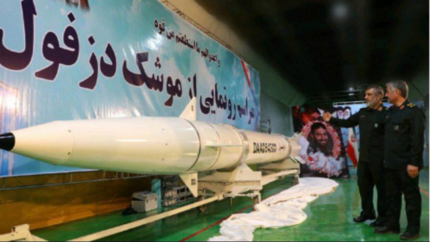 """Das iranische Regime hat eine neue ballistische Rakete vorgestellt. """"Dezful"""" habe eine Reichweite von 1.000 Kilometern meldete die halbstaatliche, iranische Nachrichtenagentur Fars. Die feierliche Vorstellung der Boden-Boden-Rakete habe in einem unterirdischen Werk und in Anwesenheit von General Mohammad Ali Dschafari, Chef der Revolutionsgarde (rechts im Foto), stattgefunden. Das Raketenprogramm der Islamischen Republik ist international umstritten und wird insbesondere von den USA und Israel heftig kritisiert."""