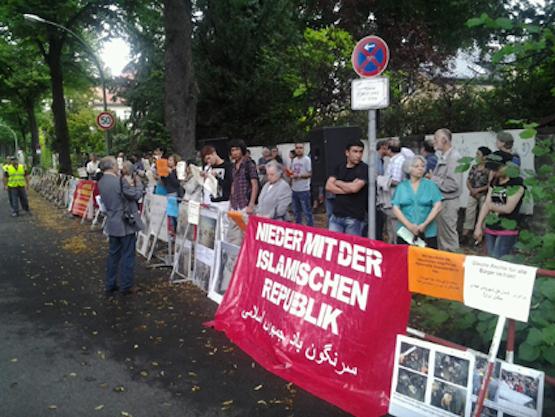 Der Verein Iranischer Flüchtlinge in Berlin organisiert auch Demonstrationen gegen die Menschenrechtsverletzungen im Iran - Foto: Eine Demonstration vor der iranischen Botschaft