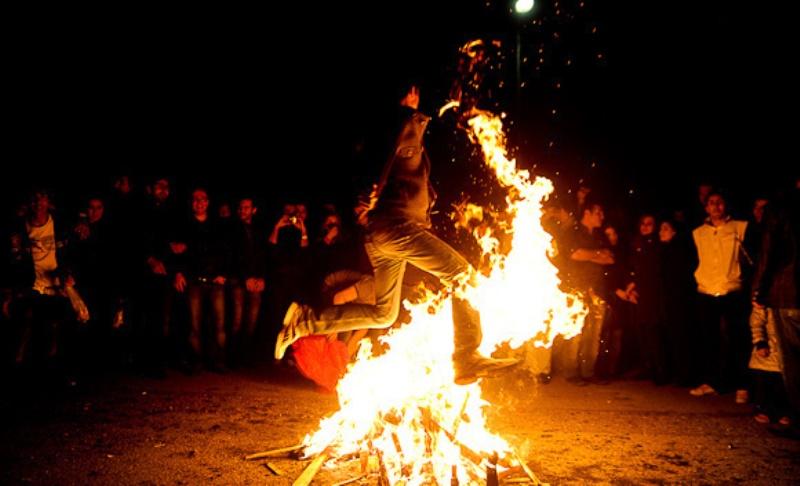 Chaharshanbeh-souri - Über dem Feuer springen am letzten Dienstagabend des Jahres