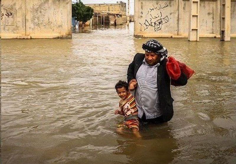 Regenfälle in mehreren Provinzen des Iran gehen weiter. Bis zum 11. April waren in 24 Provinzen des Landes mehr als 480 Städte und fast 5.000 Dörfer von der Überschwemmung betroffen. Das Deutsche Rote Kreuz (DRK) hat bereits einen Hilfsflug in den Iran geschickt und ein Konto zur sofortigen Hilfe für die Notleidenden in den Krisengebieten eingerichtet. Das DRK bitte um Spenden: Deutsches Rotes Kreuz BAN: DE63370205000005023307 BIC: BFSWDE33XXX Stichwort: Nothilfe Iran