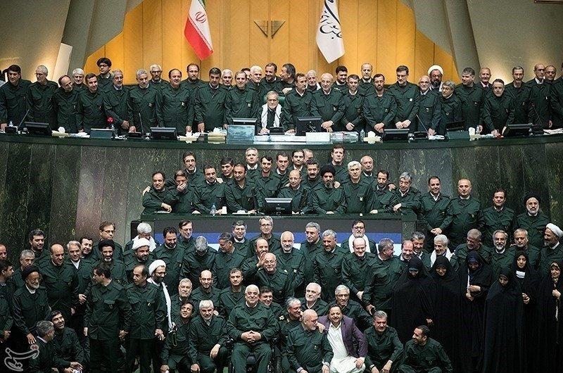Abgeordnete des iranischen Parlaments in der Uniform der Revolutionsgarden