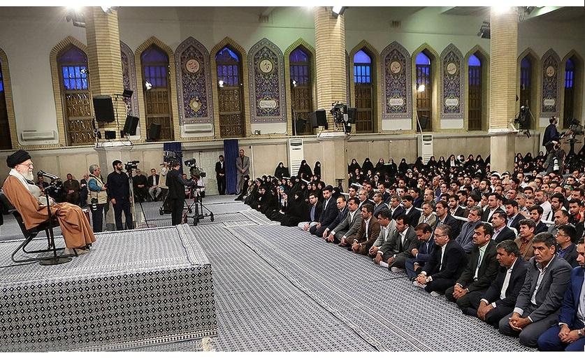 """Irans Staatsoberhaupt Ali Khamenei (li.) zu den Lehrern und Arbeitern: """"Reiht Euch ein in die Kriegsformationen!"""""""