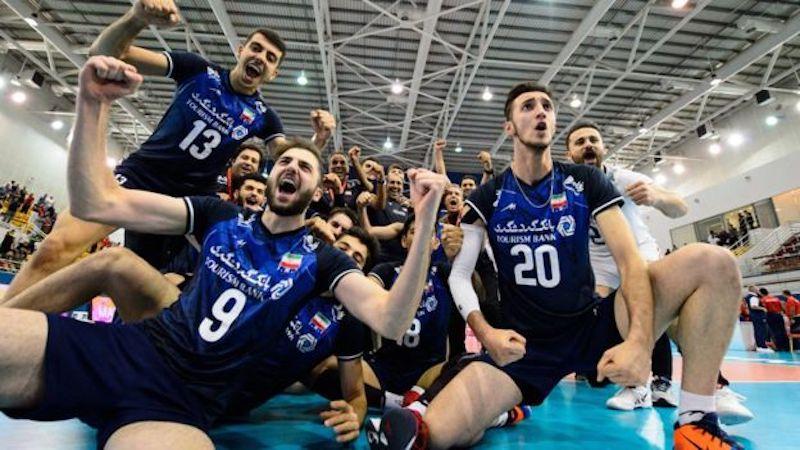 Irans U21-Volleyballer sind Weltmeister Am 27. Juli setzte sich das iranische U21- Volleyballnationalmannschaft gegen Italien mit 3:2 durch und ist zum ersten Mal Weltmeister geworden. Beim Turnier in Bahrain hatten die Iraner zuvor Brasilien geschlagen. Die meisten Spieler des iranischen Teams gehörten 2017 der Jugendmannschaft des Landes, die damals ebenfalls den Weltmeistertitel gewann.