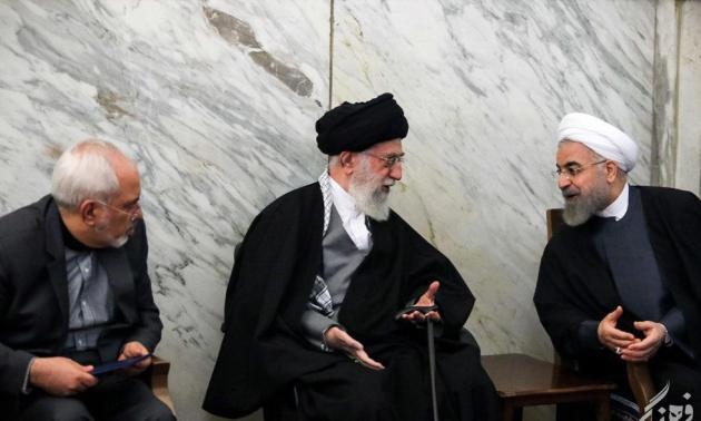 Nicht Irans Regierungschef Rouhani (rechts) oder Außenminister Zarif (links) entscheiden über außenpolitische Fragen des Iran, sonder das Staatsoberhaupt Ali Khamenei (Mitte)!