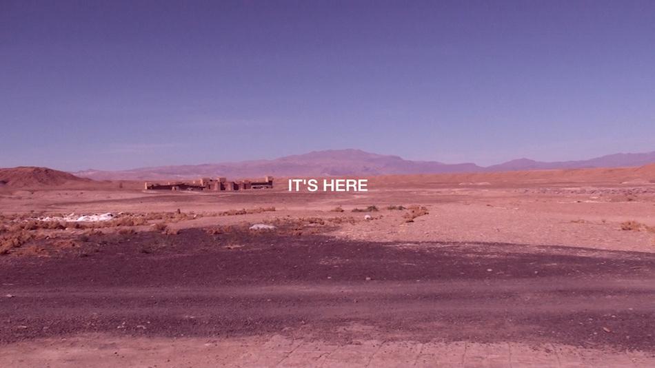 Here Scripts - HD Video, 2016 - Videostill Für 'Here Scripts' (2016) hat Razmi Marokko besucht, die Atlas Studios in Ouarzazate. Das ist ein Ort, an dem Kinofilme und Serien gedreht werden. Er ist die konkrete Verortung der Vorstellung des 'Orient'. Von 'Lawrence von Arabien' über 'Gladiator', 'Babel' und 'Kundun' und vieles mehr hat auch Shirin Neshat dort Szenen gedreht, die den Iran zeigen sollen. Der Ort ist das geographische Hier der Projektion des Anderen. Die 'Erfindung des Orients' wird an diesem Ort inszeniert, ist in die Erzählungen seiner Landschaft eingeschrieben. Ihn aufsuchend, greift Razmi ein äußerstes Allgemeines auf, eine kollektive Annahme eines Bildes, das sich dort unendlich reproduzieren lässt und an die immer gleiche Wiedererkennbarkeit anschließt. Er wird zur Realitätsvorgabe, an dem sich die Wirklichkeit messen muss - und diese wandert ab in eine Illusion.