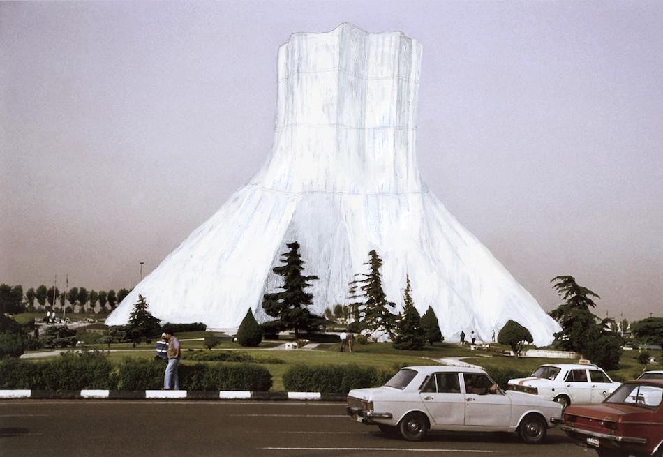 Proposal for a Wrapped Azadi Tower - Photomontage, 60 x 30 cm 2009 arbeitet Razmi einen Vorschlag aus - 'Proposal for a Wrapped Azadi Tower'. Sie greift Christos und Jeanne-Claudes Berliner Reichstagsprojekt, geplant in den späten 60iger Jahren und umgesetzt 1995, auf und verlegt es nach Teheran. Dort hat sie vor, mit dem Wahrzeichen der Stadt, das vor der Revolution 1979 gebaut wurde, dasselbe zu machen – es einzupacken und dem selbstverständlichen Blick zu entziehen. Ihr Vorgehen ist ein Reenactment einer künstlerischen Verfahrensweise, eine Wiederholung unter den Bedingungen eines anderen Ortes, auch einer anderen Zeit. Sie unterbreitet das Projekt dem Iranischen Kulturministerium in einer politisch spannungsreichen Situation.