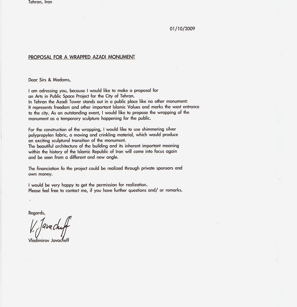 Der Brief, den sie schreibt, bleibt unbeantwortet - eine Erfahrung, die Christo und Jeanne-Claude auch gemacht haben. Am Rande sei bemerkt, dass sich ein Modell des verpackten Reichstag seit den 70er Jahren in der Sammlung des Museums für Zeitgenössische Kunst Teheran (TMoCA) befindet, also schon lange vor der Umsetzung des Projekts in Berlin. Das Monument, das Razmi in Teheran errichten möchte, lässt sich als Intervention im öffentlichen Raum lesen. Es ist als Vorschlag gedacht und als solcher entwickelt diese Arbeit eine seltsame Spannung. Fragen nach der Relevanz und vor allem nach der Möglichkeit eröffnen sich, auch die nach den Bedeutungskonstruktionen, die damit erzielt werden würden - eine Spekulation mit einem Blick von Außen wie auch von Innen.