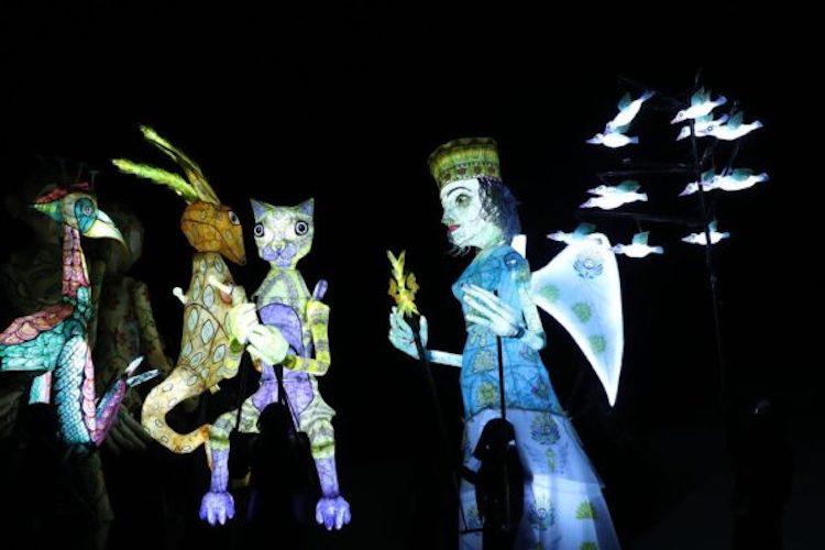 """Puppentheater für Umweltschutz Bei dem jährlichen Puppentheater-Festival in Kashan, im zentralen Hochland des Iran, glänzte das Stück """"Wir haben nur eine Erde"""". Die mit Hilfe der französischen Spezailisten hergestellten, lebensgroßen Puppen setzen sich für den Umweltschutz und gegen die globale Erderwärmung ein. Bis zum 16. August können Besucher*innen des Festivals das Theaterspektakel bei den prähistorischen Fundstellen """"Sialk-Hügel"""" besuchen."""