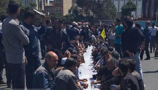 Fast wöchentlich protestieren ArbeiterInnen, LehrerInnen und RentnerInnen gegen die verheerende Wirtschaftsmisere des Landes - Foto: Der Streik der Arbeiter des iranischen Industrieunternehmens Azarab in der Stadt Arak Anfang September 2019