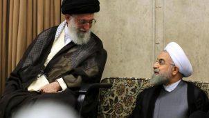 Die Sitzordnung zeigt auch im Iran die Hierarchie unter den Politikern - auf dem Foto der mächtigste Mann des Iran, Revolutionsführer Ali Khamenei (li.) und sein Untertan, der Regierungschef Hassan Rouhani