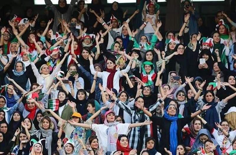 Erstmals seit 40 Jahren durften weibliche Zuschauerinnen am 10. Oktober offiziell einem Spiel der iranischen Fußballnationalmannschaft der Männer beiwohnen. In Teheran wurde ein Qualifikationsspiel zwischen dem Iran und Kambodscha ausgetragen. Nach dem 40-jährigen Stadionverbot für Frauen wurde dies von Iraner*innen als historischer Sieg für die Frauenrechtler*innen angesehen, die jahrelang für den Zutritt von Frauen in Stadien gekämpft haben. Im Stadion gab es nicht nur freizügig gekleidete Frauen, sondern auch Frauen wie im nächsten Bild dieser Galerie.