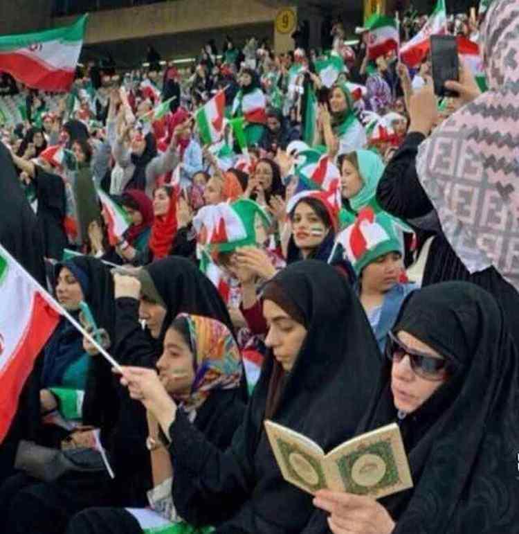 Unter dem Frauen im Teheraner Stadion waren auch streng Gläubige, die während des Spieles Gebete aus dem Koran gelesen haben. Ob die Gebete für die iranische Nationalmannschaft waren oder eine Demonstration der Frömmigkeit, konnte man nicht feststellen!