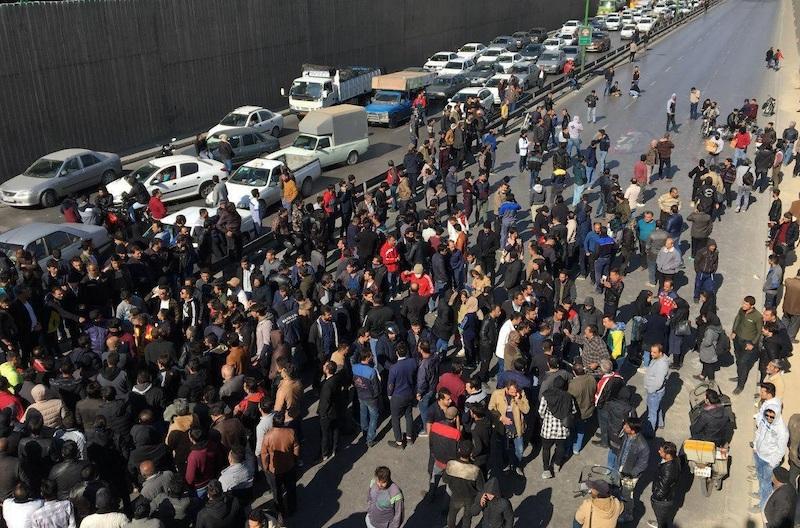 Unruhen im November 2019 Als Reaktion auf die Rationierung und Preiserhöhung für Benzin im Iran sind am Freitag (15. November) Tausende Menschen in mehr als 50 Städten spontan auf die Straße gegangen. Mit dem gewaltsamen Einschreiten der Polizei gegen die Protestzüge kam es zu blutigen Auseinandersetzungen. Die Demonstranten begannen ab Samstag (16. November) Straßen zu sperren und sich mit Steinen zu wehren. Sie setzen staatliche Gebäude, Banken, Polizeiautos und Polizeimottorräder in Brand. Bei den Protesten bis Mittwoch (20. November) sollen nach Angaben der Amnesty International mindestens 106 Menschen getötet und mehr als 3.000 verwundet worden sein. In den Sozialen Netzwerken ist die Rede von mehr als 200 Toten. Die Regierung hat bis Mittwoch keine Angaben über die Opfer gemacht. (Siehe nächste Bilder)