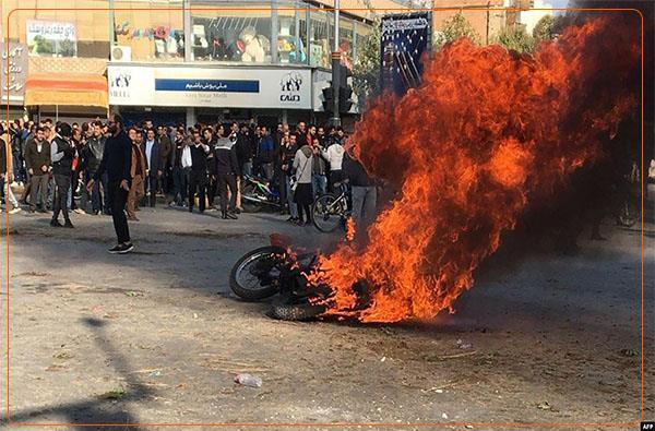 Seit Samstag setzen Demonstranten in mehreren Städten Autos und Motorräder der Polizei in Brand