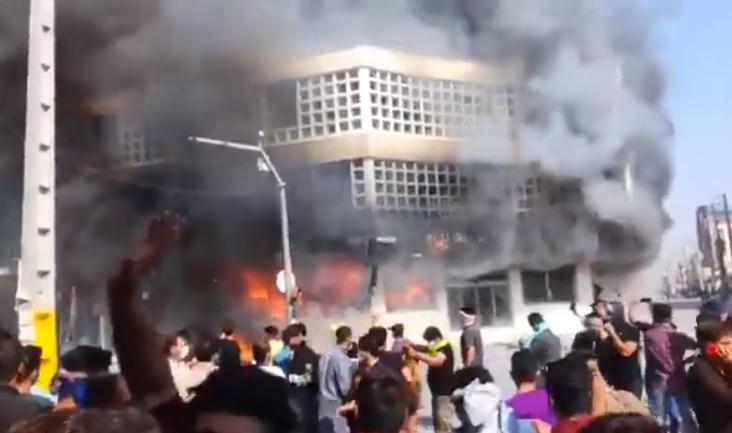 Eine Bank in der Stadt Behbahan wurde in Brand gesetzt
