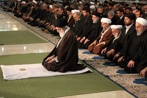 Präsident Rouhani (1. v. rechts) verließ den Gebetsraum frühzeitig