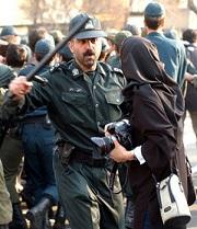 """""""Nur Diktatoren haben vor der Wahrheit und der freien Meinungsäußerung Angst!"""" (Foto: Die Polizei auf dem Gelände der Teheran-Universität, Dezember 2009)"""