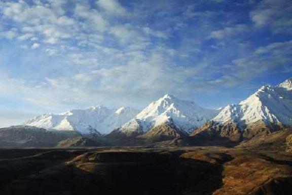 """Der Winter kann im Westen des Iran lang und kalt werden. Große Teile des Zagros-Gebirges haben bis in die Täler eine geschlossene Schneedecke. Zagros ist das größte Gebirge des Iran. Es erstreckt sich über etwa 1.500 Kilometer von der Provinz Kurdistan an der irakischen Grenze bis zur Straße von Hormuz im Süden des Landes. Sein höchster Berg mit 4.550 Metern ist """"Zard-Kuh""""."""