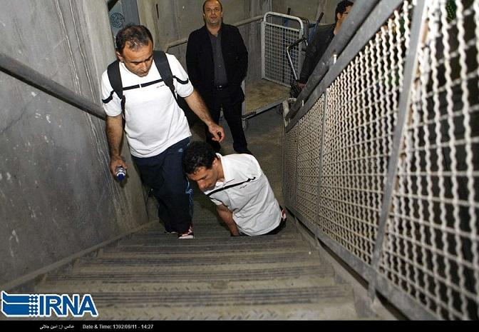 """Ihm fehlen seit seiner Geburt zwei Beine und eine Hand. Dennoch ist er Leistungssportler. Mohammad Gomar hat am 2. Dezember einen beachtenswerten Rekord aufgestellt: in knapp vierzig Minuten bestieg er aus Anlass des """"internationalen Tag der Menschen mit Behinderung"""" die 1.866 Treppen des Milad-Turms in Teheran."""