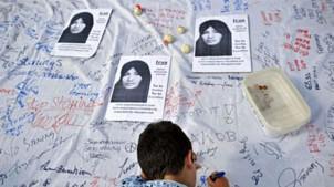 """Unterschriften sammeln für die Rettung von Sakineh Mohammadi-Ashtiani organisiert durch """"Internationale Komitee gegen Steinigung""""."""