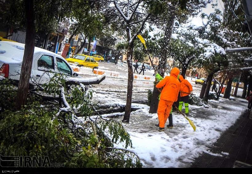 Niemand hatte an diesen Tagen in der Hauptstadt der Provinz Ardebil, im Nordwesten des Iran, mit Schnee gerechnet. Am Freitag, den 24. Oktober, wurden im Norden der Provinz bis zu 35 cm Schnee gemessen. Nach Angaben der Provienzverwaltung steckten Hunderte Fehrzeuge fest, ihnen seien Rettungskräfte zu Hilfe geeilt. Die ersten Schneefälle in dem höheren Bergland hatte es bereits vor dem 15. Oktober gegeben.