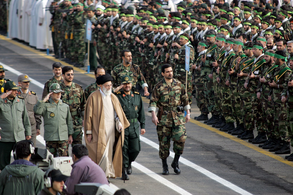 Das Staatsoberhaupt Khamenei (li.) ist zugleich der Oberbefehlshaber der Streitkräfte