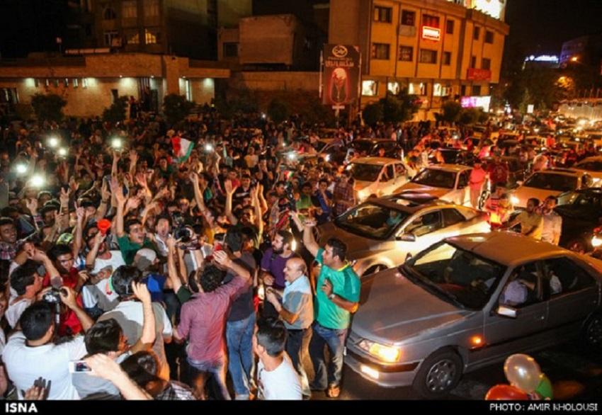 """Im Rahmen der Fußballweltmeisterschaft trafen am 21. Juni die Nationalmannschaften des Iran und Argentinien aufeinander. Die Iraner konnten sich bis zum Ende der regulären Zeit gegen die Südamerikaner behaupten. Der argentinische Superstar Lionel Messi verwandelte schließlich in der Nachspielzeit das Unentschieden in ein 1 : 0 für Argentinien. Die Iraner gelten als klare Außenseiter und wurden daher weltweit für ihr """"hervorragendes Spiel"""" gegen den Topfavoriten gelobt. Fußballbegeisterte in Teheran und vielen anderen iranischen Städten feierten diese Niederlage wie einen Sieg."""