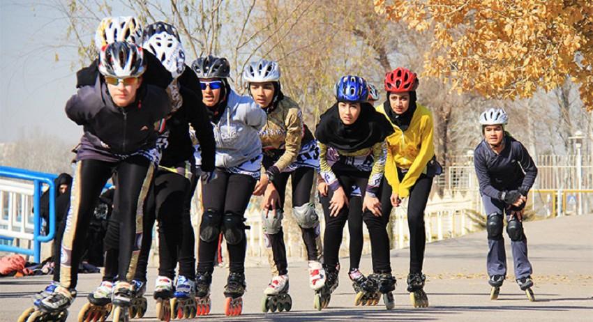 Roller Skating nimmt bei den Frauen in den iranischen Großstädten stetig an Beliebtheit zu. Das Foto zeigt das Team des Naghsche-Jahan-Vereins von Isfahan beim Training.