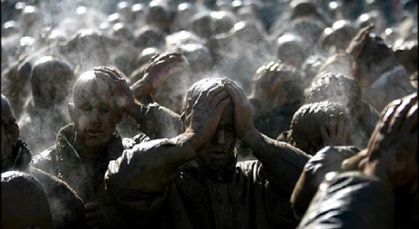 Muharram (dieses Jahr vom 25. Oktober bis 22. November) ist der erste Monat des islamischen Kalenders. Für die Schiiten hat dieser Monat eine besondere Bedeutung, weil Hussein ibn Ali, der dritte Imam der Schiiten und Enkelsohn des Propheten Mohammad, während des Muharram in der Schlacht von Karbala (680 n. Ch.) getötet wurde. In dem Trauermonat tragen die gläubigen Schiiten schwarz und es gibt überall im Iran Feierlichkeiten, deren Höhepunkt das Aschura-Fest ist. In der Aschura-Nacht stellen die Schiiten das Martyrium Husseins als Schauspiel dar. Dabei fügen sie sich mit Geißeln, Messern und Schwertern tiefe Wunden zu.