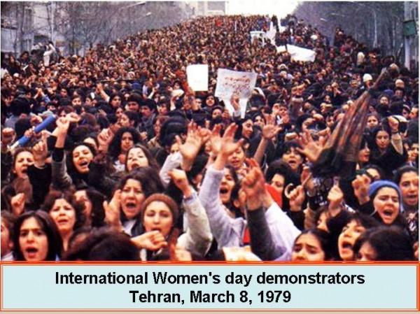 Erste Demonstration der Frauen in Teheran gegen die Zwangsverschleierung