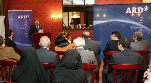 Eröffnungfeier mit dem SWR-Korrespondenten Reinhard Baumgarten (am Rednerpult) und den Botschaftern Deutschlands und Österreichs in Teheran