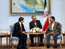Ahmadinedschad (rechts) und Davutoglu in Teheran