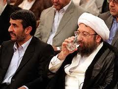 Ahmadinedschad (links) und Larijani, Chef der Justizbehörde beschuldigen sich gegenseitig, die Veruntreuung begünstigt zu haben.