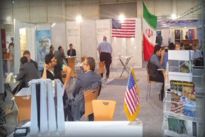 """Zum ersten Mal seit der Gründung der Islamischen Republik ist die amerikanische Flagge auf einem Event im Iran offiziell geduldet worden. Auf der Nutztierhaltungsmesse auf der Insel Kish durfte vor und neben dem US-amerikanischen Stand die Flagge aufgestellt werden. Experten sehen darin einen weiteren Schritt der iranischen Regierung zur Versöhnung mit dem """"Erzfeind"""" USA."""