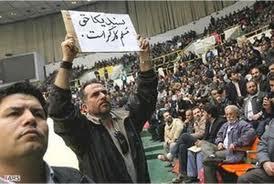 Im Iran werden unabhängige Gewerkschaften nicht zugelassen. Foto: Die Mitarbeiter der Teheraner Busgesellschaft verlangen auf dem Plakat freie Gewerkschaften.Auf dem Pl