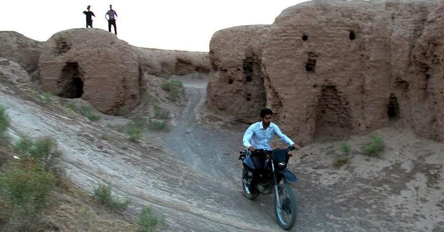 """Die Hügel von """"Kohan Dej"""", nahe der Stadt Nishabour im Nordosten des Iran, bergen die Überreste einer antiken Stadt. Diese historische Stätte war in der Zeit der Sassaniden Dynastie (224-650 n. Ch.) entstanden und ist heute ziemlich verwahrlost. Nun droht ihr das vollständige Verschwinden, wenn die Behörden weiterhin tatenlos dem Training der Hobby-Zweiradsportler zusehen. Nach Angaben iranischer Websites üben täglich dort viele Radakrobaten und Motocross-Springer."""