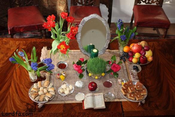 """Am Mittwoch, den 20. März, um 12:02 Uhr (MEZ) begann das neue iranische Jahr. Jede Region feiert das Neujahrsfest """"Nourooz"""" auf ihre Art und Weise. Zur Neujahrstradition der meisten IrannerInnen gehört eine große Tafel, genannt """"Sofreh-Haft-Sin"""", auf die sieben verschiedene Lebensmittel und Pflanzen gestellt werden, die in der persischen Sprache mit dem Buchstaben """"S"""" beginnen. Sie symbolisieren Fruchtbarkeit und Reichtum. """"Sofreh-Haft-Sin"""" bleibt dreizehn Tage lang stehen, denn so lange besuchen sich IranerInnen gegenseitig zum Nourooz. Foto - iranboom.ir."""