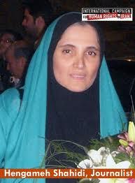 """Die Journalistin Hengameh Shahidi übte Kritik an der Regierung Ahmadynedschad. Sie wurde verhaftet und wegen """"Beleidigung des Präsidenten"""" und """"Gefährdung der nationalen Sicherheit"""" zu 6 Jahren Haft verurteilt."""