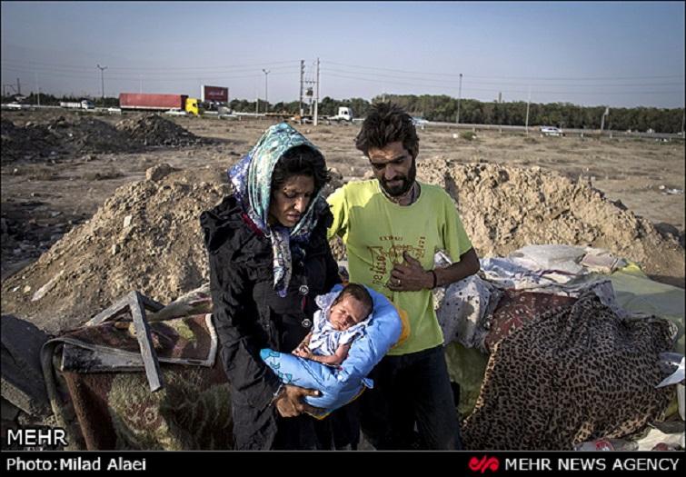 Dieses Baby soll schon bei der Geburt heroinabhängig gewesen sein, da seine Eltern heroinsüchtig sind. Sie leben zu dritt unter einem Blechdach an einer Stadtautobahn in Teheran. Da die Fotos der Familie seit einiger Zeit im Internet die Runde machen, kann man davon ausgehen, dass dieser Fall auch den Behörden bekannt ist. Doch bis zum 28. Juli hat sich keine Behörde für die Rettung des Babys gerührt.
