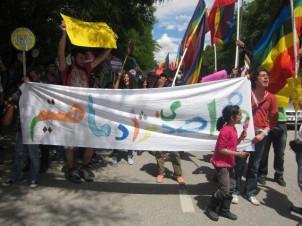 """""""An Ahmadinedschad: Uns gibt es"""" - Demonstration der iranischen Homosexuelle in der Türkei, gegen die Behauptung des Präsidenten, im Iran gäbe es keine Homosexuellen."""