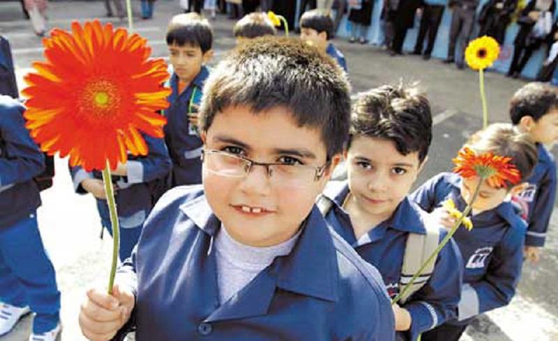 Nach den dreimonatigen Sommerferien im Iran hat am 23. September (Herbstbeginn) für knapp 12 Millionen SchülerInnen ein neues Schuljahr angefangen. Das iranische Schulsystem gliedert sich in Vorschule (ab 6 Jahren), Grundschule (Dabestan), Mittlere Reife (Rahnamaie) und Gymnasium (Dabirestan). Um eine Universität besuchen zu dürfen, müssen die SchülerInnen nach dem Abitur ein Vorbereitungsjahr (Pish-Daneshgahi) absolvieren. Der Schulbesuch ist kostenlos.