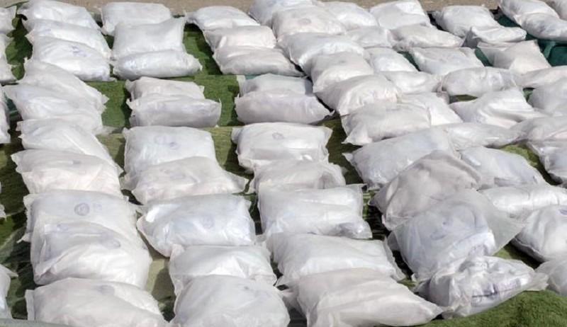 Am 14. August ist der iranischen Polizei durch die Beschlagnahme von 864 kg Heroin ein Schlag gegen den organisierten Drogenschmuggel gelungen. Wie diverse iranische Nachrichtenagenturen mitteilten, sei der beträchtliche Heroinfund im Tank eines Lasttankers versteckt gewesen. Der Laster sei in der Nähe der Stadt Khoor, in der Prvoinz Isfahan, angehalten worden. Der Fahrer habe sich ohne Widerstand ergeben. Die Hinweise auf den Drogentransport sollen von den Drogenfahndern der Provinz Süd-Khorasan gekommen sein. Jährlich sterben hunderte iranische Soldaten und Polizisten im Kampf gegen die Drogenschmuggler.