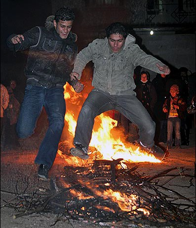 """Tausende Iraner feiern jährlich das traditionelle Feuerfest; """"Chahrshanbeh Souri"""", das in diesem Jahr auf den 18.März fiel. Das Jahrtausende alte Fest wird jedes Jahr in der Nacht auf den letzten Mittwoch des iranischen Kalenderjahres gefeiert. Das dann folgende Neujahrfest """"Nourouz"""" findet in diesem Jahr am 20. März statt. Zu den Ritualen des Feuerfestes gehört, dass die Menschen in ihren Wohnvierteln Feuer entzünden und darüber springen. Gesänge sollen das Feuer beschwören, alle Krankheiten zu verbrennen und im neuen Jahr Gesundheit zu bringen. Islamische Geistliche bezeichnen das Feuerfest als """"Ritual des Aberglaubens"""": Seit der iranischen Revolution vor 34 Jahren versuchen sie, die Zeremonie aus vorislamischen Zeiten abzuschaffen."""