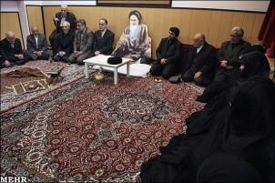 Auch auf einer Gedenkveranstaltung in Anwesenheit des Bildungsminister Hadji Babie wurde eine Pappfigur von Khomeini aufgestellt.